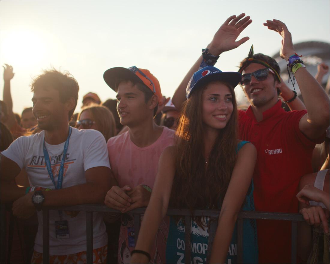 Толпа мужиков и девочка 11 фотография